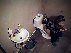 Nasty spy filmed babe on the toilet bowl