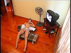 Amateur girl gets orgasm before webcam