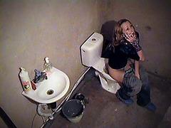 Quick spy peek on babe's cunt in toilet